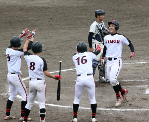 6回、勝ち越しの3ランを放って祝福される日大・上野