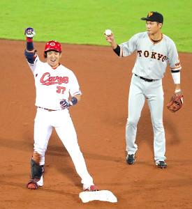 2回無死二塁、野間(左)が右翼線に先制となる適時二塁打を放ちガッツポーズ