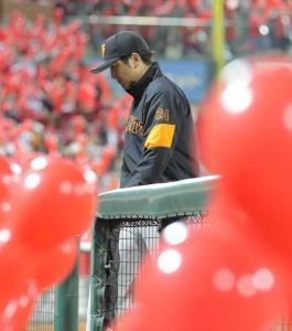 7回、選手の交代を告げベンチに戻る高橋監督
