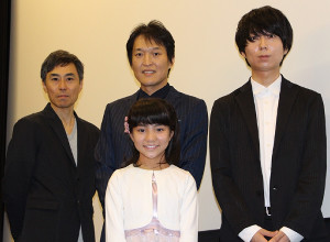 映画の初日舞台あいさつに立った平尾菜々花、(後列左から)熊沢尚人監督、千原ジュニア、川谷絵音