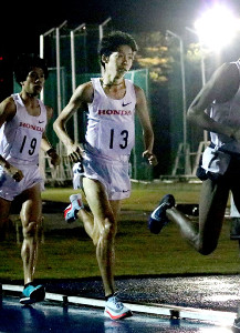 日体大長距離競技会男子1万メートル最終12組で日本人トップの設楽悠太(13番)