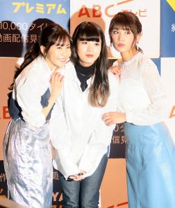 トークショーに出席した(左から)佐野ひなこ、馬場ふみか、久松郁実