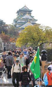 大阪城をバックにスタートする参加者