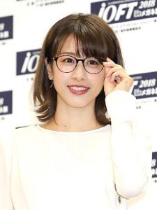 眼鏡姿を披露した加藤綾子