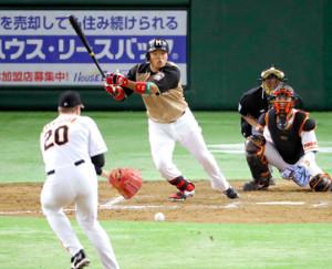 2016年6月3日、巨人との交流戦で中前安打を放つ大嶋(投手はマシソン、捕手は小林)