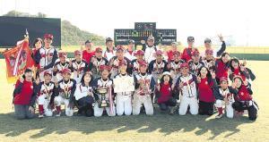 初優勝を飾り、関係者一同ピースサインで喜ぶ広島ナイン