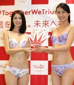 「トリンプ・イメージガール」の交代式を行った土屋ひかる(左)と越川友貴