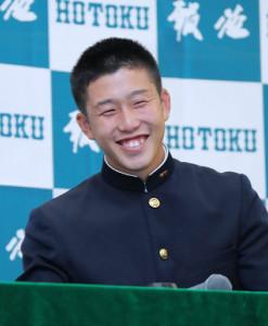 広島が交渉権を獲得して、笑顔を見せる報徳学園・小園海斗