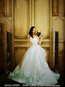 ブログでウェディングドレス姿を披露した杉原杏璃
