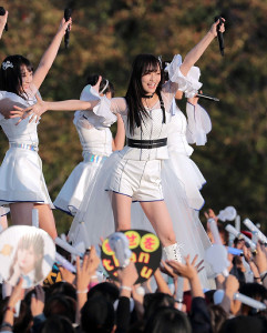 ファン3万人の屋外コンサートに笑顔でパフォーマンスするNMB48・山本彩