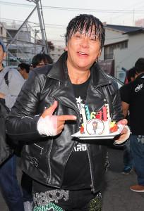 ファンから誕生ケーキを贈られ、ご満悦の大仁田厚(カメラ・能登谷博明)