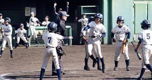延長8回、大嶋がランニング満塁弾を放ち歓喜の八尾河内ナイン