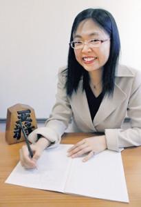 日本将棋連盟オリジナル鉛筆を「ジャポニカ学習帳 将棋」ノートに走らせる渡辺弥生女流初段