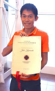 ヴェニスマラソンから帰国した川内優輝。イタリアの「ティラミス協会」名誉会員認定状を手に笑顔