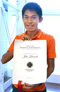 ヴェニスマラソンから帰国した川内優輝。イタリアの「ティラミス協会」名誉会員認定状を手に笑顔を見せた