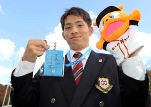 原監督がドラフト当日に付けていたパスを受け取った八戸学院大・高橋優貴(カメラ・中島 傑)