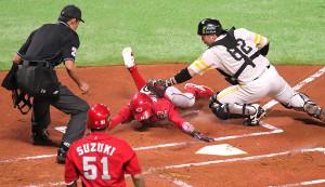 1回1死一塁、丸の右中間への二塁打で一塁走者・菊池が本塁を突くもタッチアウト(捕手・甲斐)(カメラ・保井 秀則)