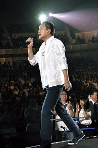 ファンの声援に応え熱唱する小田和正