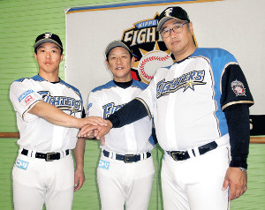 沖縄・国頭で就任会見に出席した(右から)木田投手チーフコーチ、栗山監督、鶴岡バッテリーコーチ兼捕手(カメラ・小島 和之)