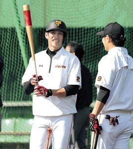 練習中、亀井(右)と談笑する陽