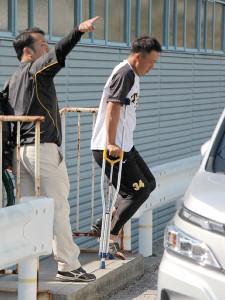 左足首を負傷して病院に向かう阪神・谷川(右)