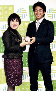 島田市の染谷市長にサインボールを渡す則本(右)