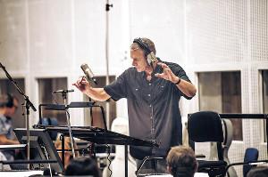 レコーディングで指揮をとるリチャード・カーペンター