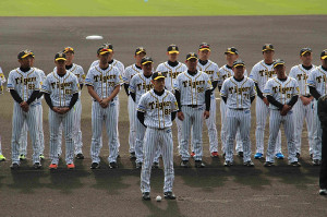 秋季キャンプ歓迎セレモニーに臨む矢野監督(中央)と阪神ナイン