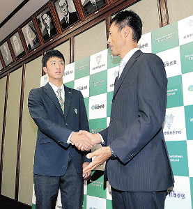 指名あいさつに訪れた木佐貫スカウト(右)と握手