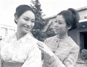 大映の先輩だった若尾文子(右)と笑顔(66年)