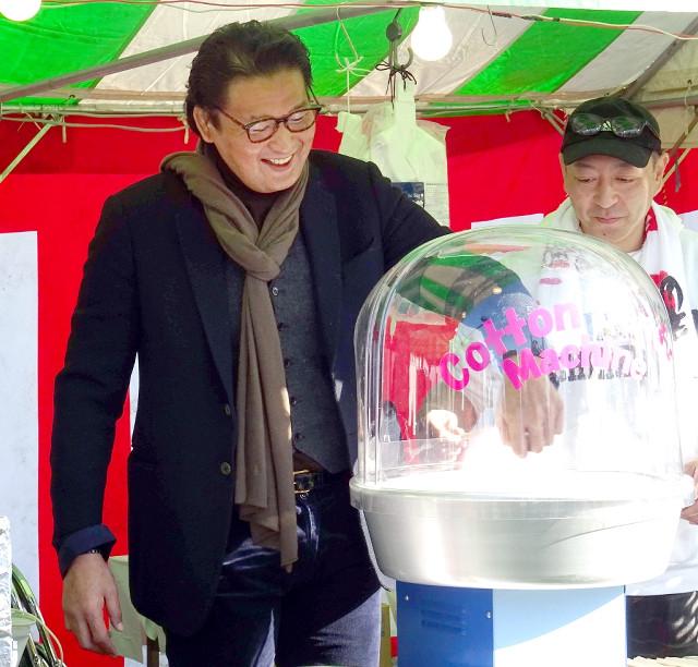 福岡・田川市の祭りでわたがしを作る元貴乃花親方の花田光司氏
