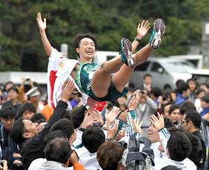 優勝し原監督(左下)らチームメートに胴上げされる青学大アンカーの梶谷瑠哉