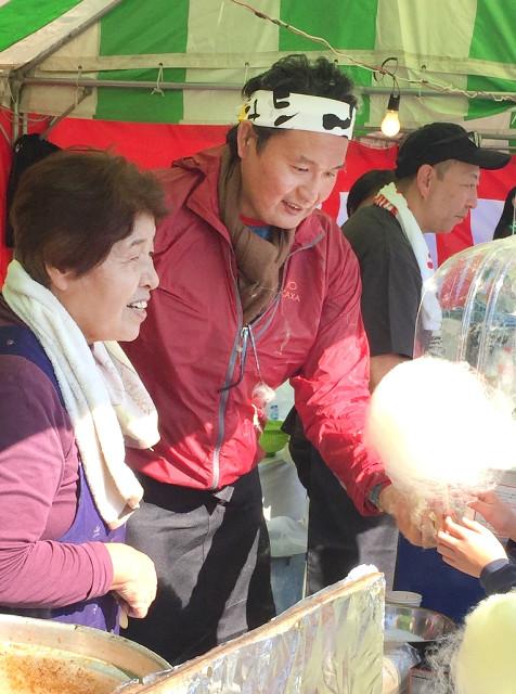 炭坑節祭りで綿菓子を販売する元貴乃花親方の花田光司氏(右)