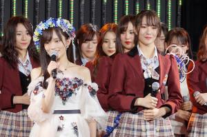 山本彩(左)からNMB48次期キャプテンに指名された5期生の小嶋花梨(右)