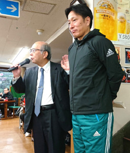 全日本大学駅伝祝勝会で青学大の三木学長(左)は原監督の教授就任をサプライズ発表した