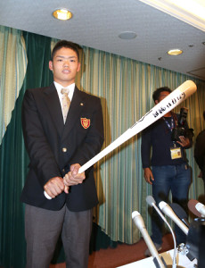 仮契約を結んだ大阪桐蔭・根尾は「継続は力なり」と書き込んだバットを手にポーズをとる(カメラ・田中 昌宏)