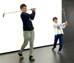 昨オフ、クラブを振る柳田(左)と並んでバットでスイングする畑岡(ドーム社提供)