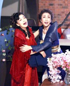 熱演する山村美智(右)と池田理代子さん