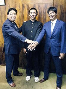 楽天から指名あいさつを受けた佐藤(中)(左は楽天・長島スカウト部長、右は宮越スカウト)