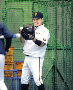 捕手に復帰する阿部は久しぶりのミットの感触に笑顔を見せる(カメラ・竜田 卓)