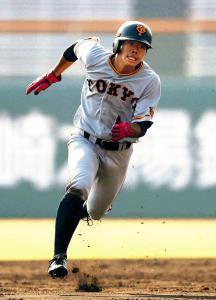 紅白戦の5回1死一、二塁、田中俊の適時二塁打で三塁へ向かう一塁走者・松原(カメラ・矢口 亨)