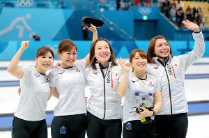 平昌五輪で銅メダルを獲得したLS北見の(左から)吉田夕梨花、吉田知那美、藤沢五月、鈴木夕湖、本橋麻里