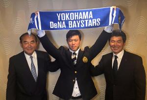 仮契約を終えたDeNAドラフト1位の東洋大・上茶谷(中央)左は吉田スカウト部長、右は武居スカウト