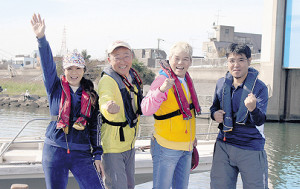 出船前に皆やる気満々。左から井上貴子、越川記者、神取忍、広瀬記者