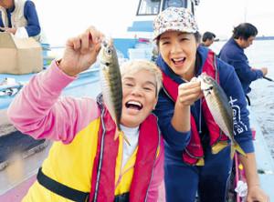 川崎沖で良型アジをゲットした神取忍と井上貴子(右)(カメラ・越川 亘)