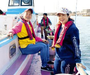 羽田沖でアジを釣りを楽しんだ神取忍と井上貴子