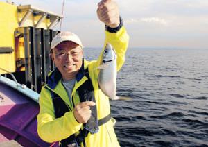 30センチオーバーのアジを釣った船上カメラマン