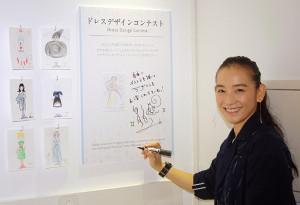 「ドレスデザインコンテスト」にメッセージを書く篠原ともえ