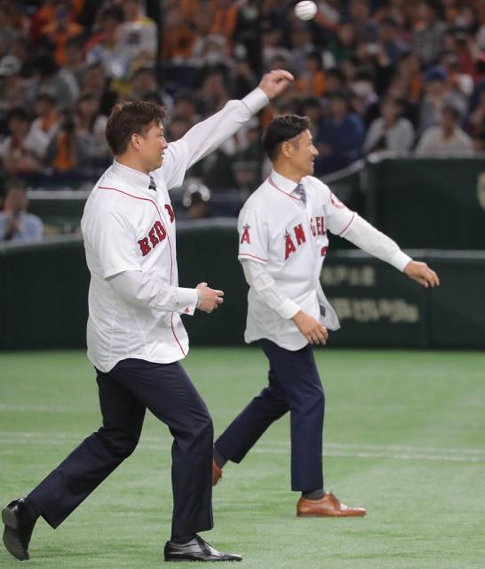 始球式をした岡島秀樹氏(左)と高橋尚成氏(カメラ・清水 武)