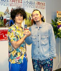 舞台「さよなら鹿ハウス」が初日を迎えた渡部豪太(左)、演出・丸尾丸一郎氏